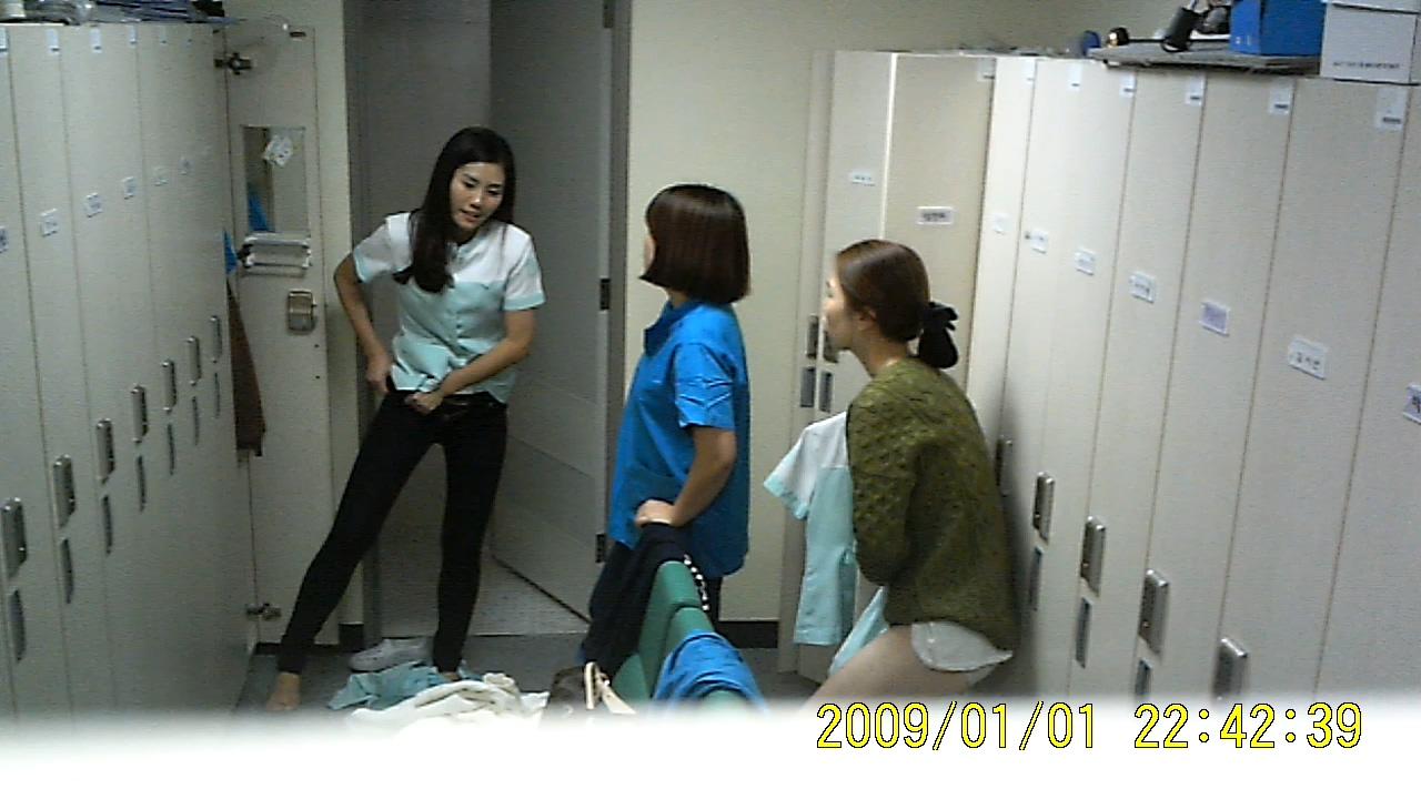 韩国医院女护士换衣间的隐藏摄像[4/8]