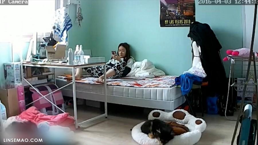 入侵家庭监控摄像头: 偷拍到女生出门约会前先自慰一次