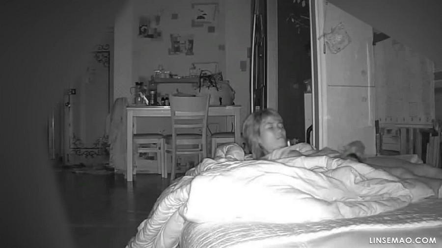 入侵家庭监控摄像头: 老公不在家, 她非常性饥渴地自慰