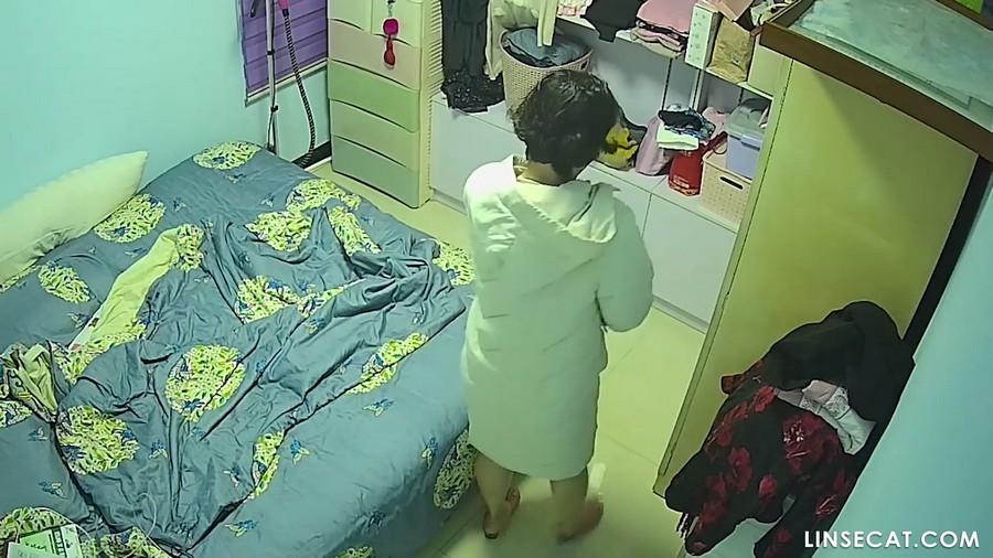 Нашествие камер видеонаблюдения: зрелая женщина переодевается обнаженной после ванны