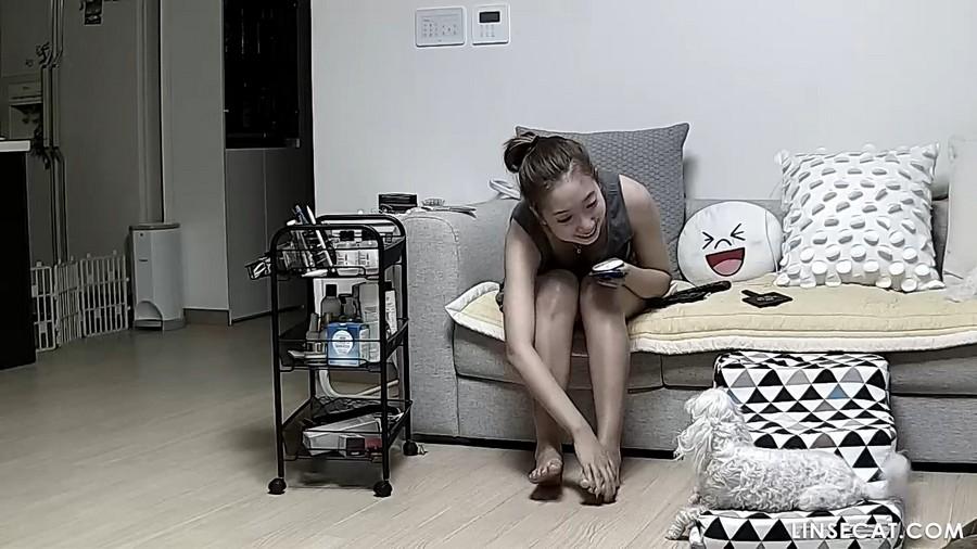 入侵家庭监控摄像头: 韩国漂亮女生, 她的阴部对着摄像头