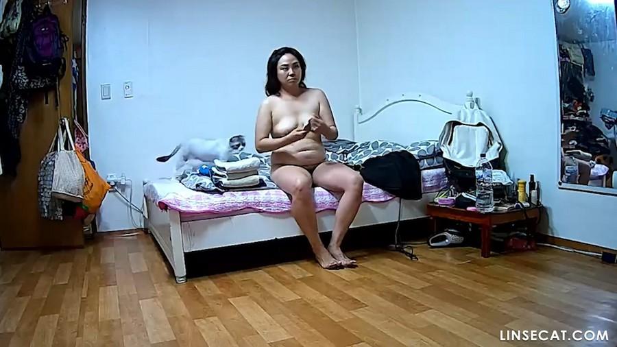 入侵(Hacking)家庭监控摄像头: 韩国女生裸体在家里, 洗澡后打扮, 做家务