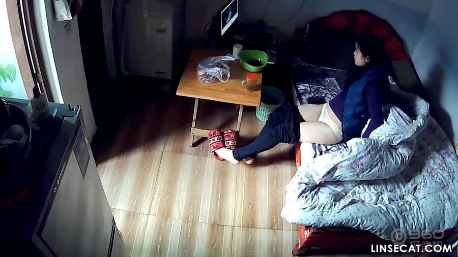 入侵(Hacking)家庭监控摄像头: 偷窥屁股很漂亮的少妇的裸体
