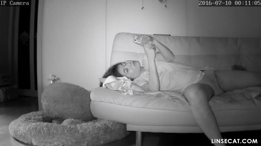 入侵(Hacking)家庭监控摄像头: 韩国女生脱掉她的内裤再去洗手间