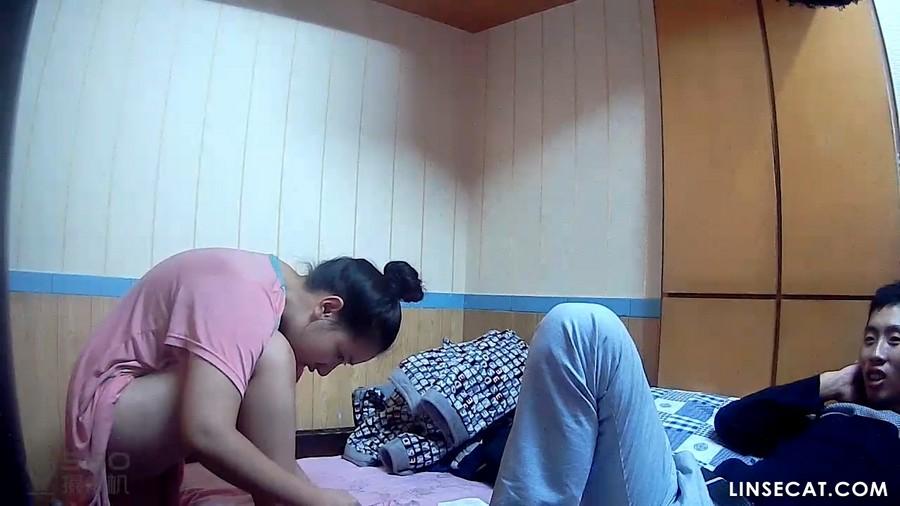 入侵(Hacking)家庭监控摄像头: 可爱女生看电视的时候露出了阴毛