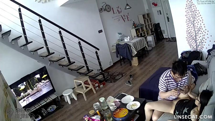 入侵(Hacking)家庭监控摄像头: 性饥渴的妻子做在丈夫的鸡巴上看电影