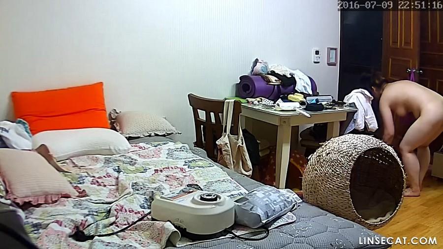 入侵(Hacking)家庭监控摄像头: 韩国独居的大奶女人的阴部