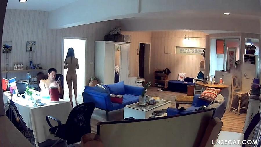 入侵(Hacking)家庭监控摄像头: 苗条女生当着男友的面自慰