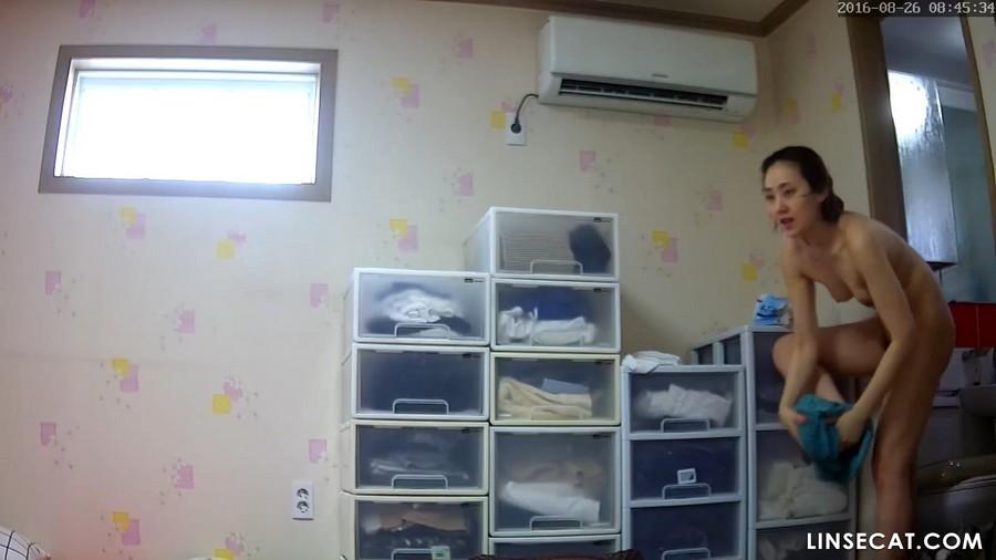 入侵(Hacking)家庭监控摄像头: 偷窥非常漂亮的韩国女生早上淋浴后的裸体