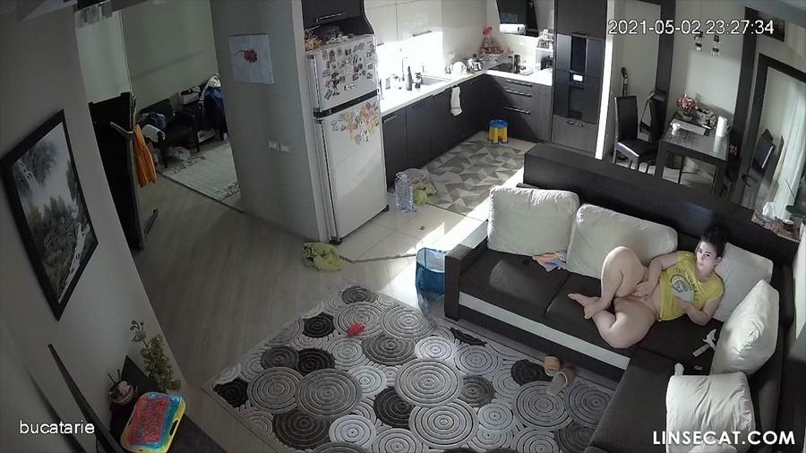 Взлом домашних камер видеонаблюдения: сексуальный опыт румынской мамы-одиночки, посредственное поведение ее партнера заставляет ее закатить глаза