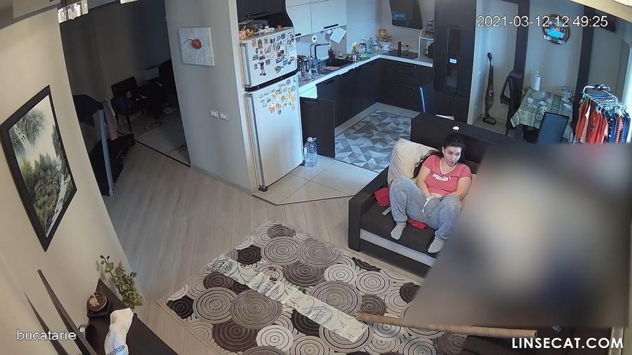 入侵(Hacking)家庭监控摄像头:  罗马尼亚单身妈妈自慰, 3次性高潮